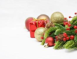 Weihnachtshintergrund mit Kugeln und Dekorationen