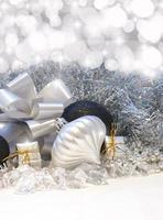 Weihnachtshintergrund mit silbernen Verzierungen