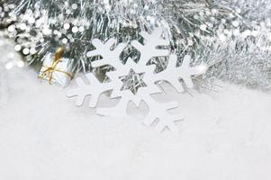 Weihnachtsschneeflocke im Schnee