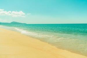 schöner Sandstrand und Meer