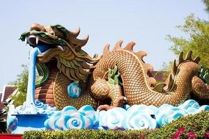 Drachenstatue auf blauem Himmel Hintergrund