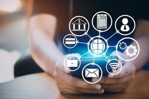 Internet- und Verbindungskonzept mit Smartphonesymbolen foto