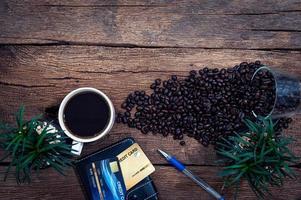 Kreditkarten und Kaffeebohnen auf dem Tisch foto