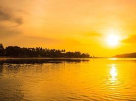 schöner tropischer Strand bei Sonnenaufgang