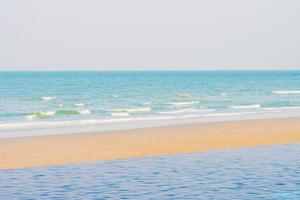 schöner tropischer Strand mit Außenpool foto