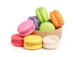 bunte Macarons in der Holzschale auf weißem Hintergrund