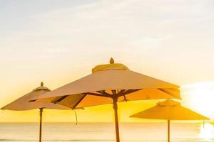 wunderschöne tropische Natur und Sonnenschirme foto