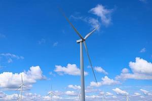 Windmühlenfarm mit bewölktem blauem Himmel