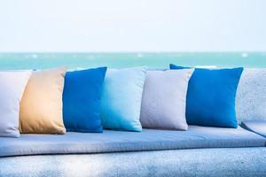 Kissen auf dem Sofa mit Meerblick auf den Strand foto
