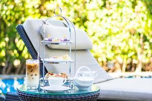 Nachmittagstee mit Latte Kaffee und heißem Tee