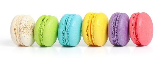 Linie der bunten Macarons auf weißem Hintergrund