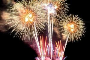 schönes buntes Feuerwerk bei Nacht foto