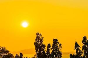 schöner Sonnenuntergang oder Sonnenaufgang am Meer