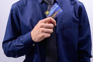 Geschäftsmann, der eine Kreditkarte hält
