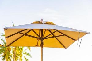 schöne tropische Natur und Regenschirm foto