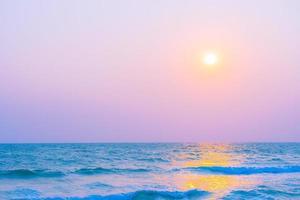 schöner tropischer Ozean bei Sonnenuntergang oder Sonnenaufgang foto