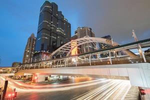 Langzeitbelichtung des Verkehrs in der Nacht foto