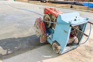 Asphalt- oder Betonschneiden mit Maschine foto