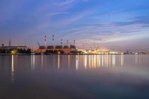 Reflexion der Lichter der Stadt im Wasser foto
