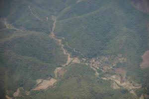 Luftaufnahme eines Dorfes und der Berge