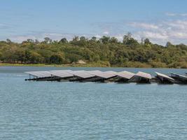 Solarpark auf dem Wasser foto