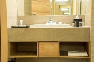 Waschbecken und Spiegel foto