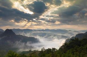 Wolken und Nebel mit Bergen