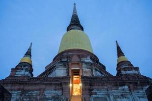 Ayutthaya, Thailand, 2020 - Wat Yai Chai Mongkhon in der Nacht