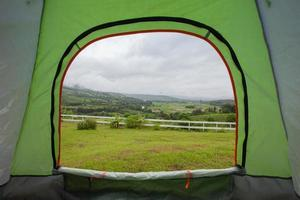 Blick auf ein Feld aus einem Zelt