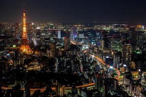 buntes Stadtbild bei Nacht