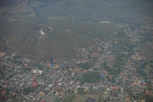 Luftaufnahme eines Dorfes auf einem Hügel