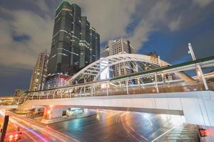 Langzeitbelichtung des Verkehrs unter einer Brücke foto