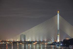 Rama VII Brücke in der Nacht foto