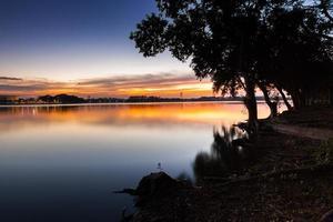 bunter Sonnenuntergang auf einem See foto