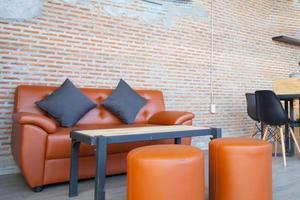 Sofa und Stühle mit Tisch foto