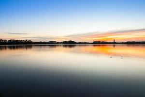 Sonnenaufgang Reflexion in einem See foto