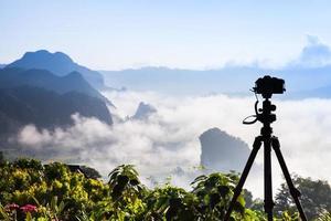 Kamera mit Blick auf eine neblige Landschaft