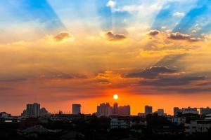 dramatischer Sonnenaufgang über einer Stadt