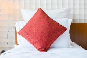 Bett mit einem roten Kissen foto