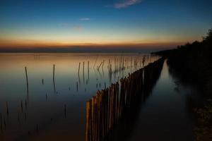 bunter Sonnenuntergang über stillem Wasser