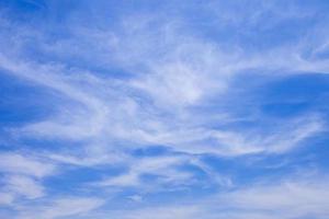 weiße wispy Wolken foto