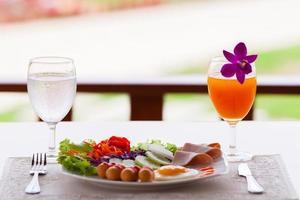 Frühstück auf einem Tisch draußen