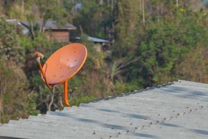 Satellitenschüssel auf einem Dach foto