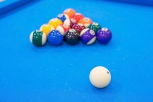 Billardkugeln auf blauem Tisch