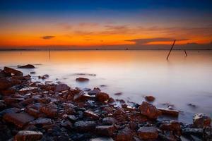 Langzeitbelichtung von Wasser bei Sonnenuntergang