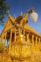 Chachoengsao, Thailand, 2020 - Nahaufnahme des Wat Paknam Jolo Tempels