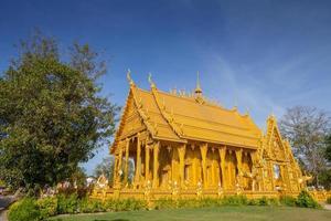 Chachoengsao, Thailand, 2020 - der Wat Paknam Jolo Tempel unter einem blauen Himmel