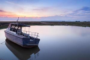 Boot im Wasser in der Nähe eines Strandes foto