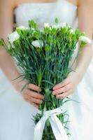 Brid hält einen Blumenstrauß