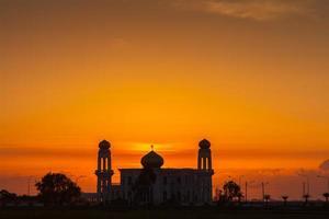 Dubai, Vereinigte Arabische Emirate, 2020 - Silhouette des Grand Bur Dubai Masjid bei Sonnenuntergang